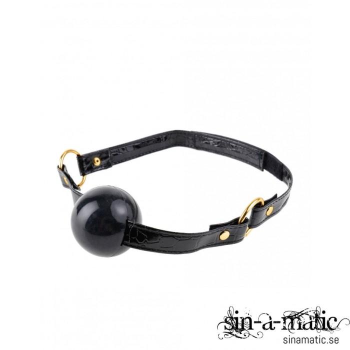 Lyxig Ballgag i gummi med snygga o-ringar i guldfärgad metall